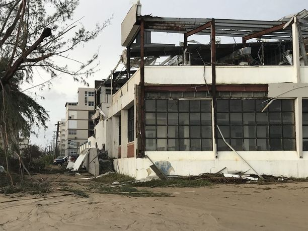 Rannan lähellä olevat rakennukset kärsivät pahoja vaurioita.