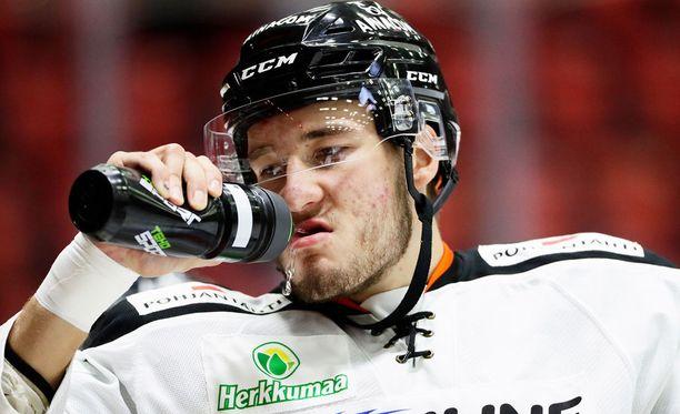 Miro Karjalainen antoi Jari Sailiolle kyytiä nyrkkitappelussa.