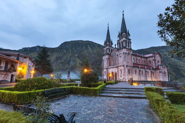 Covadongan luostari Espanjan Asturiassa.