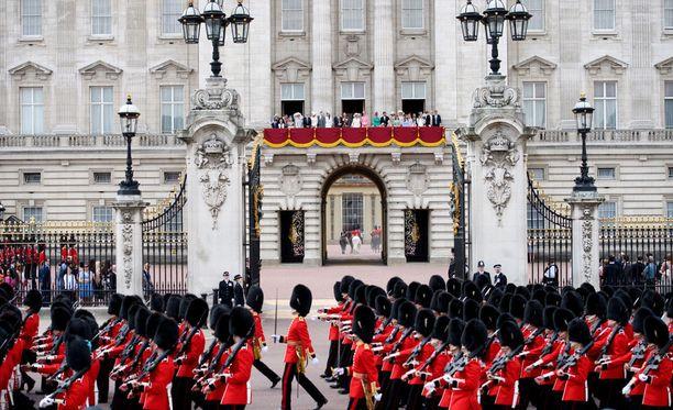 Englannin kuninkaallinen perhe seurasi lauantaina syntymäpäiväseremonioita Buckinghamin palatsin parvekkeelta.