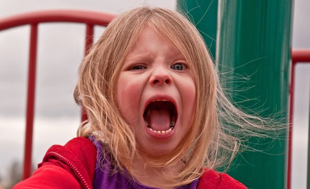 4-vuotias raivostui ja aiheutti kiusallisen tilanteen isälleen huvipuistossa. Kuvituskuva.