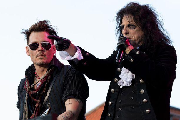 Johnny piti matalaa profiilia Tukholmassa ja antoi bändin solistin Alice Cooperin olla äänessä.
