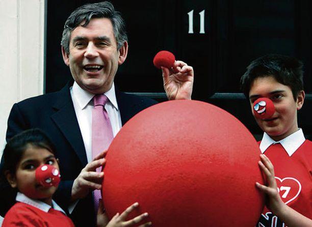 MINÄKÖ PELLE? Englannin valtiovarainministeri Gordon Brown kieltäytyi länttäämästä naamaansa punaista klovnin nenää, joita myydään vähäosaisten lasten auttamiseksi. Yhtä kovasydämiseksi osoittautui Lontoon historiallinen County Hall, joka kielsi punaisten nenien käytön hyväntekeväisyystilaisuudessa palovaaran takia.