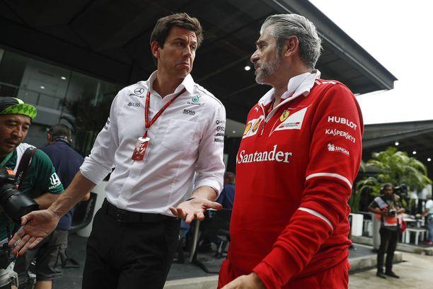 Mercedeksen tallipäällikkö Toto Wolff (vas.) haluaa tiiminsä vastaavan Marizio Arrivabenen johtaman Ferrarin kehittymiseen.