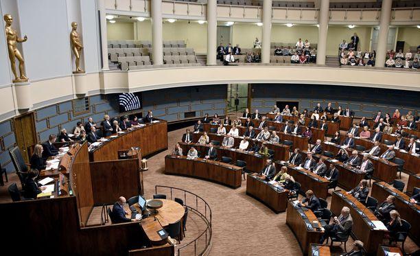 Nuorten parlamentin istuntopäivään osallistuu noin 300-400 nuorta eri puolilta Suomea.