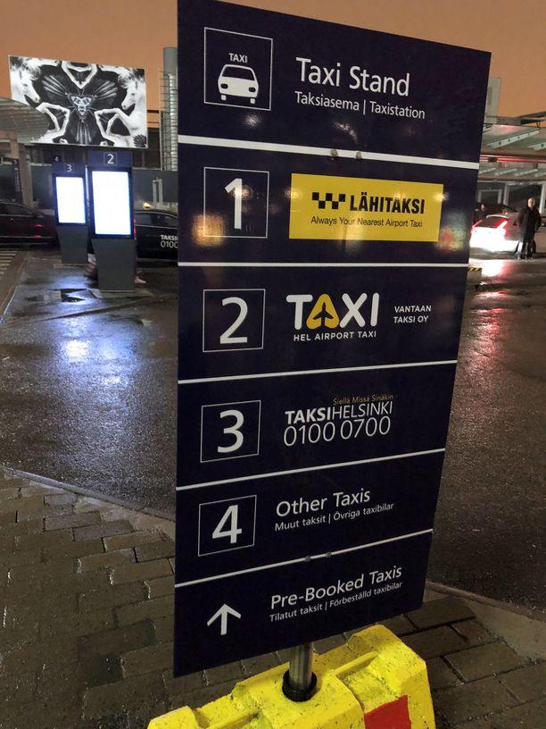 Lähitaksin ja Airport taksin autot ovat ensimmäisenä vastassa lentokentän terminaalista ulos tulevaa matkustajaa. Kaistajärjestelyissä seuraavana tulevat Taksi Helsingin autot ja viimeiseksi isojen yhtiöiden ulkopuoliset autot.
