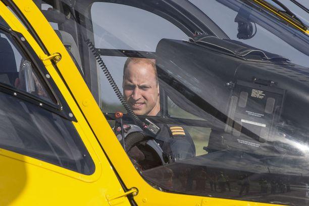 Prinssi William lentää tässä viimeistä vuoroaan ambulanssihelikopterin ohjaimissa.