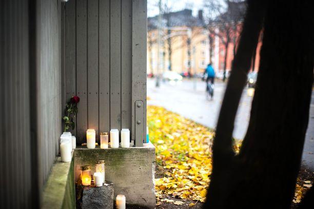 Helsingin Vallilassa kahden nuoren epäillään puukottaneen miehen hengiltä.