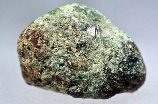 Kaavin Lahtojoen kimberliitin pyöristynyt eklogiittinen ksenoliitti, jonka pinnalla on timanttioktaedri. Ksenoliitin läpimitta on 10 mm. Kuvan julkaisuun on ottanut Kari Kinnunen.