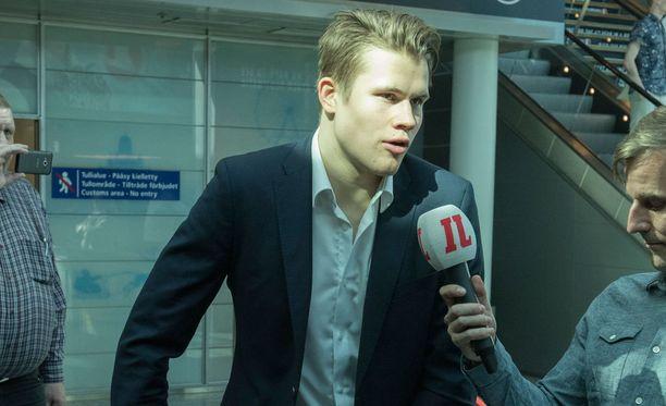 Jesse Puljujärvi aikoo jäädä päiväksi Helsinkiin ennen kotimatkaa.