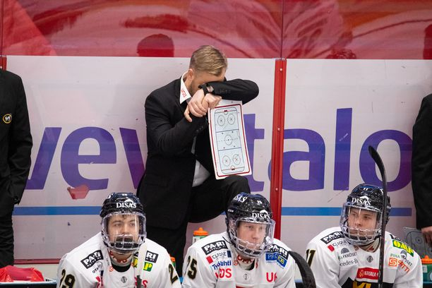 Kärppien kausi oli raskas, kuten päävalmentaja Mikko Mannerin elekieli kertoo.