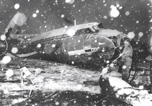 Näin lohduton oli näky Münchenin lentokentällä 6. helmikuuta 1958, kun Manchester Unitedia kuljettanut lentokone epäonnistui nousussa. 23 ihmistä sai surmansa.