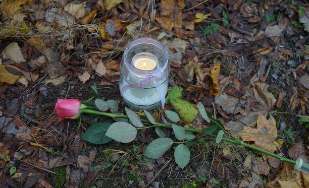 Kellarin viereen oli tuotu yksi kynttilä sunnuntaina.