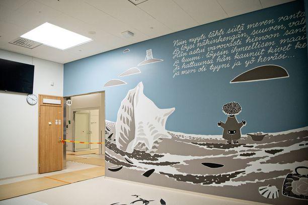 Sairaalan seinät on koristeltu Tove Janssonin Muumi-hahmojen maailman hengessä.