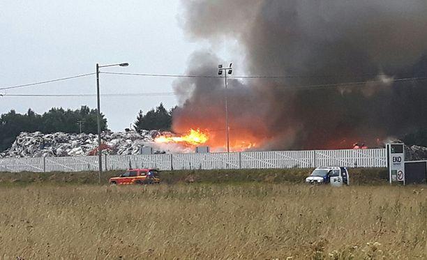 Paikalle on lähetetty 16 yksikköä sammuttamaan paloa.