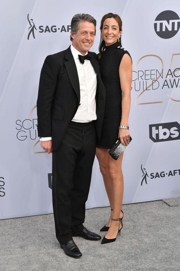 Hugh Grant ja Anna Elisabet Eberstein edustivat punaisella matolla.