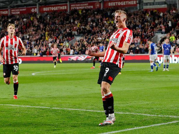Brentfordin Marcus Forss tehtaili neljä maalia Oldhamia vastaan.