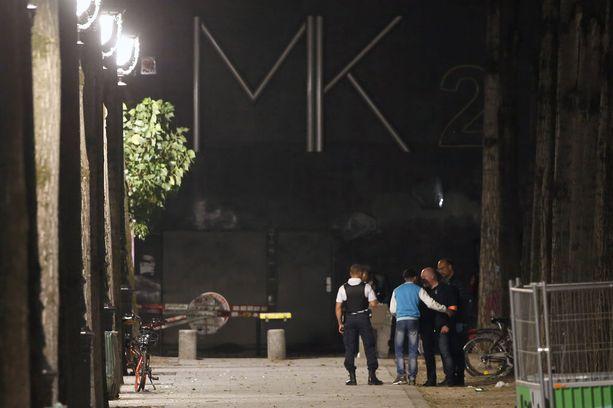Poliiseja puukkohyökkäyksen tapahtumapaikalla maanantain vastaisena yönä. Teot tapahtuivat Canal de l'Ourcqin rannalla Koillis-Pariisissa.