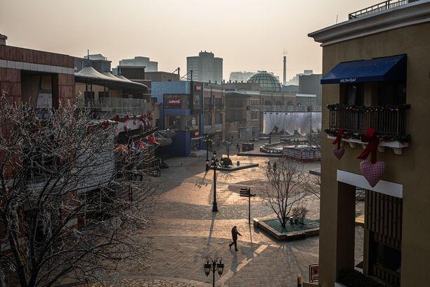 Tavallisesti vilkas ostoskeskusalue Pekingissä on lähes täysin autio, kun liikkeet pysyvät suljettuina.