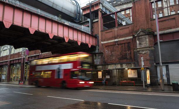Kolme teinipoikaa kuoli Lontoossa bussipysäkin lähettyvillä, kun henkilöauto törmäsi heihin. Kuvituskuva.