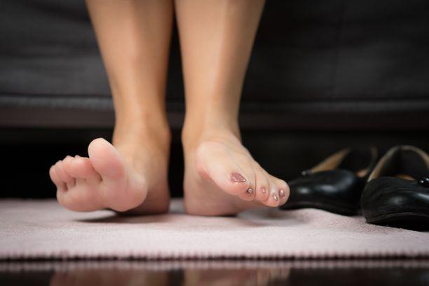 Diabeetikon päivärutiineihin kuuluu päivittäinen jalkojen kunnon tarkistus.