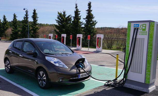 Sähköautoilla huristellaan myös Suomessa.