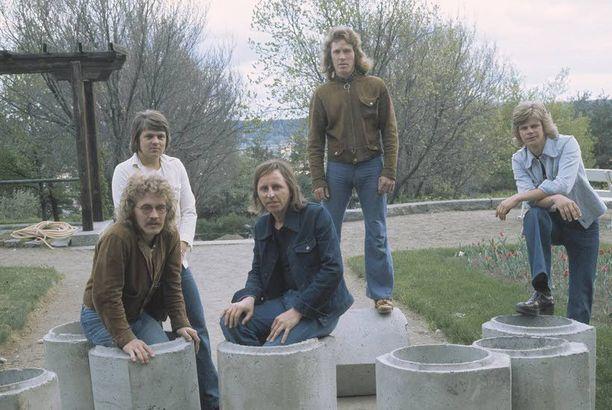 Asko Raivio, kuvassa kolmas vasemmalta, oli ujo mies, joka antoi laulujensa puhua. Hän halusi tehdä vain musiikkia. Yhtyeessä soittivat myös Mikko Jokela, Nils Jokela, Tapio Rauma ja Jouko Järvinen.