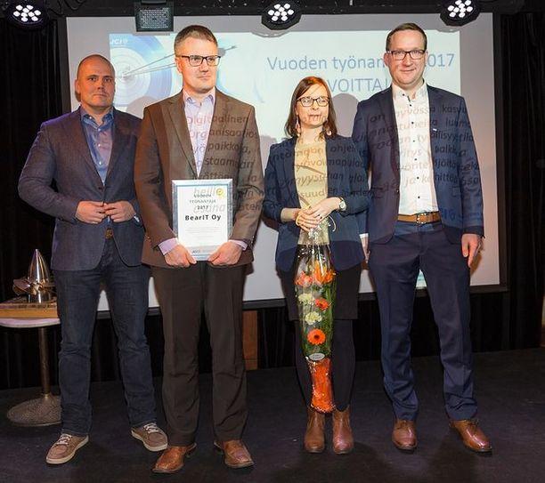 Teemu Karhu (toinen vas.) johtaa BearIt-yritystä, joka valittiin viime vuonna Vuoden työnantajaksi.