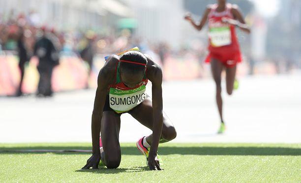 Kenian Jemima Sumgong voitti maratonin olympikultaa vuonna 2016. Hän kärähti seuraavana vuonna eposta ja sai neljän vuoden kilpailukiellon, johon lätkäistiin päälle vielä toiset neljä vuotta, koska hänen katsottiin väärentäneen sairaala-asiakirjoja ja valehdelleen olinpaikkatiedoistaan.