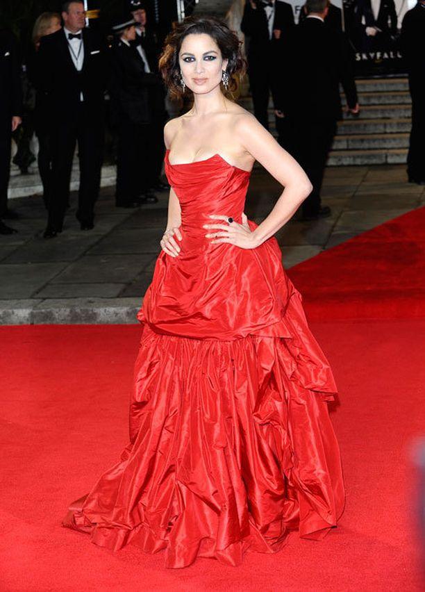 Bond-tyttö Bérénice Marlohe valitsi iltapukunsa väriksi räväkän punaisen.