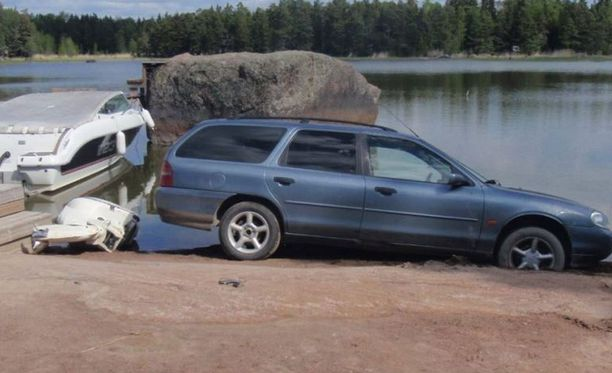 Porvoossa varkaus keskeytyi, kun epäiltyjen auto jumittui rantahiekkaan.