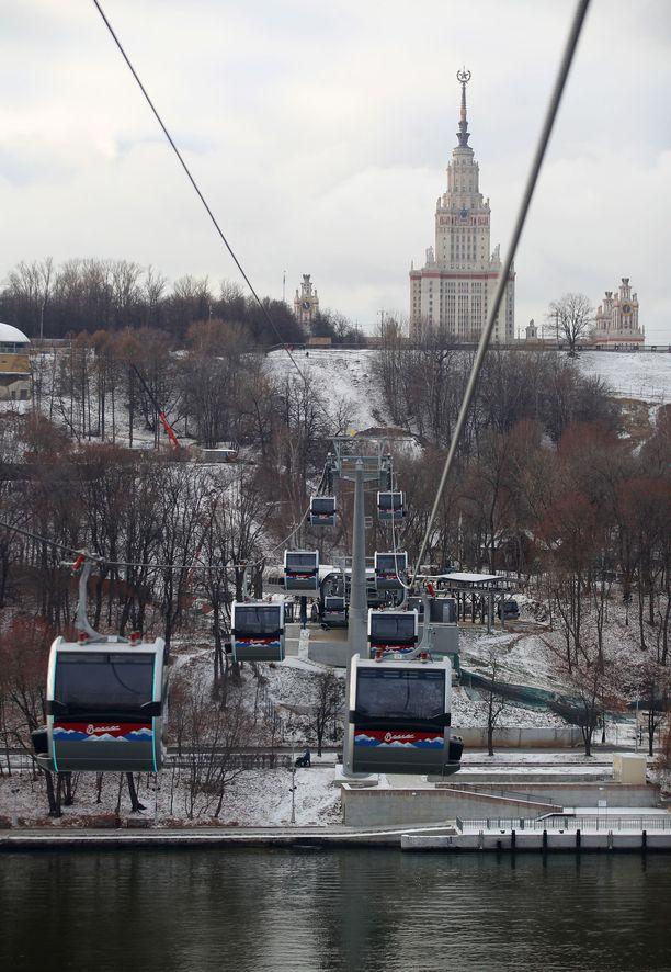 Köysirata kulkee Moskova-joen yli ja nousee näköalakukkulalle lähelle Moskovan yliopistoa.