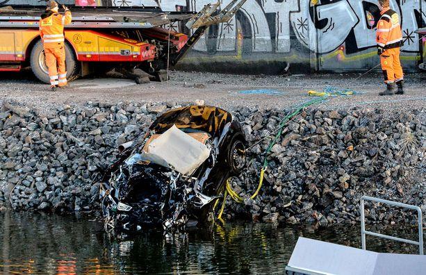 Varhain lauantai-aamuna auto syöksyi sillalta alas Ruotsin Södertäljessä. Turmassa uskotaan kuolleen Viola Beach -yhtye sekä heidän managerinsa.