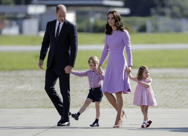 Prinssi William, herttuatar Catherine, prinssi George, 5, ja prinsessa Charlotte, 3, lomailevat tänä vuonna ensimmäistä kertaa Louis-vauvan kanssa.