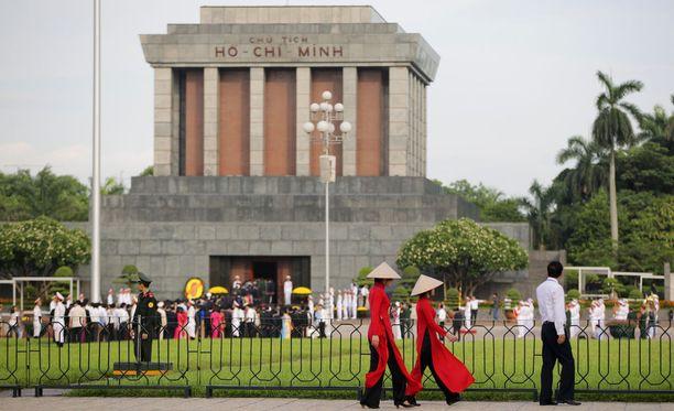Vietnamin entisen kommunistijohtaja Ho Chi Minhin balsamoitua ruumista säilytetään näyttävässä mausoleumissa Hanoissa.