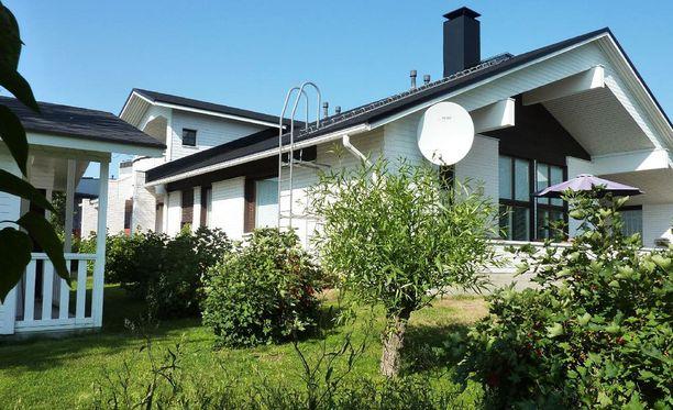 Kivitalo sijaitsee Harjulammen rannalla.