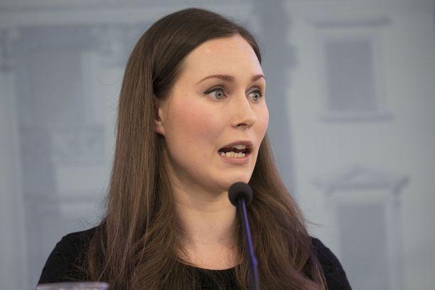 Pääministeri Sanna Marin (sd) kertoo Twitterissä, että hallituksen kokoontuu sunnuntaina keskustelemaan uusista koronatoimista.