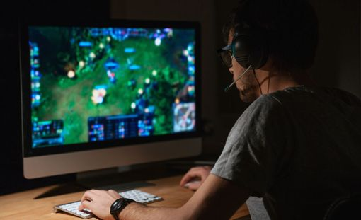 Joillakin nuorilla ilmenee väitöskirjan mukaan levottomuutta tai ärtyisyyttä heti, kun he joutuvat keskeyttämään pelaamisen.