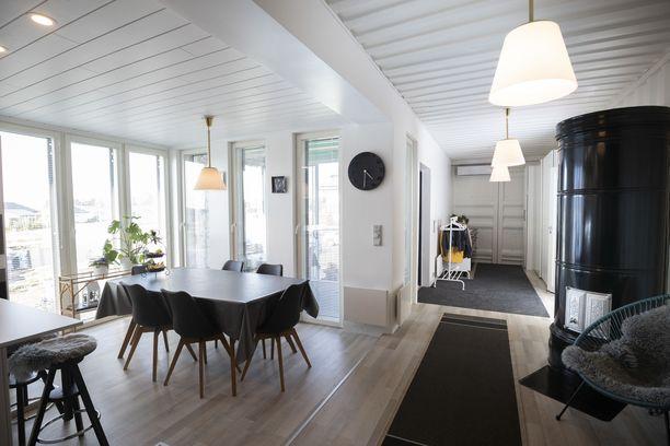 Sisätiloihin on jätetty konttipintaa näkyviin. Niina Merta ja Kimmo Lehtola halusivat konttikodista kotoisan ja lämpimän.