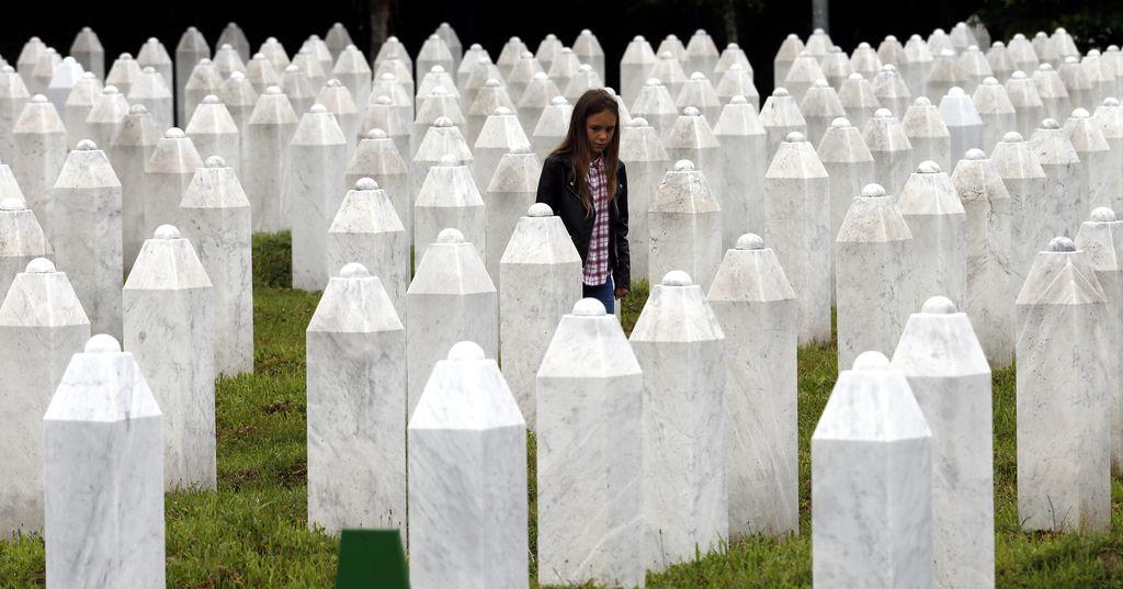 Nuori tyttö kävelee Srebrenican uhrien hautausmaalla heinäkuun alussa 2020.
