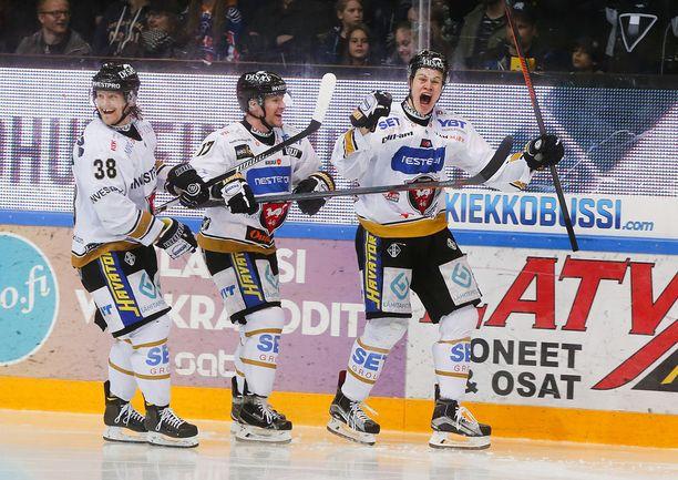 Puljujärvi (oik.) pääsi maistamaan SM-liigan mestaruutta Kärpissä. Hän toivoo junnuvuosien seuralleen kultaista kevättä.