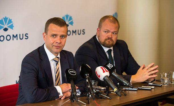 Puheenjohtaja Petteri Orpo (vas.) johtaa kokoomusta ja puoluesihteeri Janne Pesonen (oik.) puoluetoimistoa.