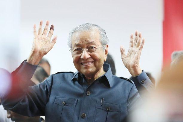 Malesian pitkäaikaisin pääministeri Mahathir Mohamad palasi eläkkeeltä politiikkaan ja kampesi aiemmin johtamansa valtablokin syrjään.