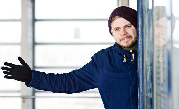 Koomikko Iikka Kivi voitti Naurun tasapaino-kilpailun vuonna 2014. Hän on ollut mukana tekemässä Ylen Noin viikon uutiset -satiiria.
