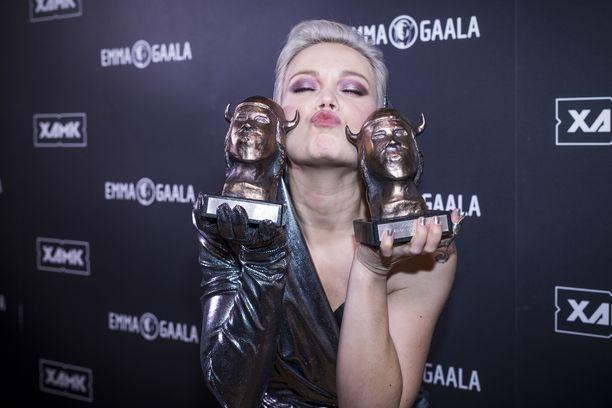 Anna Puu poseeraa Emma-palkintojensa kanssa.