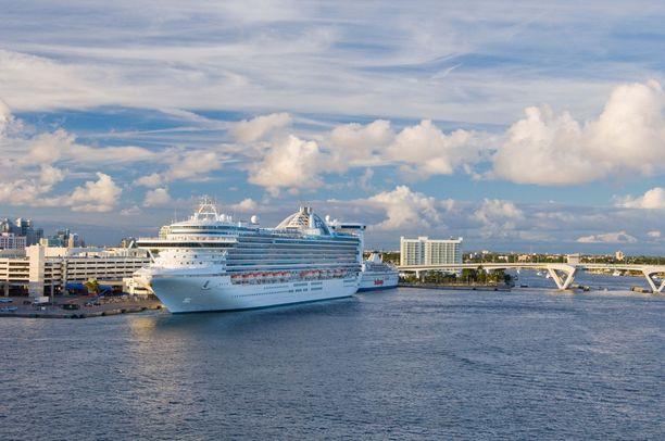 Topi Ylönen työskentelee Royal Caribbean Cruises -yhtiön palveluksessa. Kuvassa Caribbean Princess -alus.