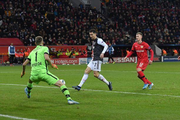 Cristiano Ronaldo viimeisteli voittomaalin Lukas Hradeckyn selän taakse.