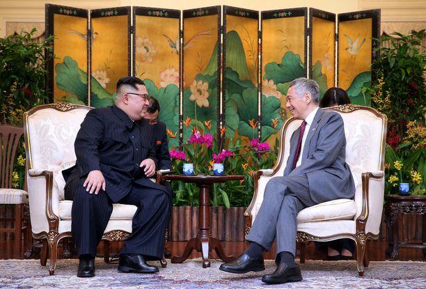 Singaporen pääministeri Lee Hsien Loong otti vastaan Kim Jong-unin jo sunnuntaina.