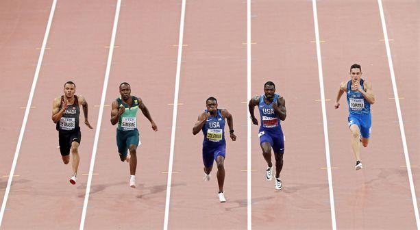 Christian Coleman rynnii 100 metrin voittoon Dohassa lauantai-iltana. Justin Gatlin (toinen oik.) oli toinen ja Andre De Grasse (vas.) kolmas.