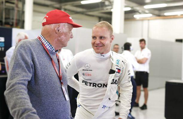 Niki Lauda ja Valtteri Bottas vääntämässä juttua Silverstonen GP:n yhteydessä viime vuonna.